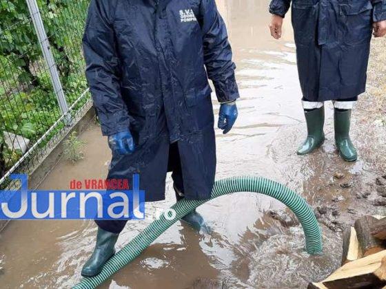 inundatii svsu odobesti12 560x420 - GALERIE FOTO: Intervenții ale voluntarilor pentru evacuarea apei în trei localități