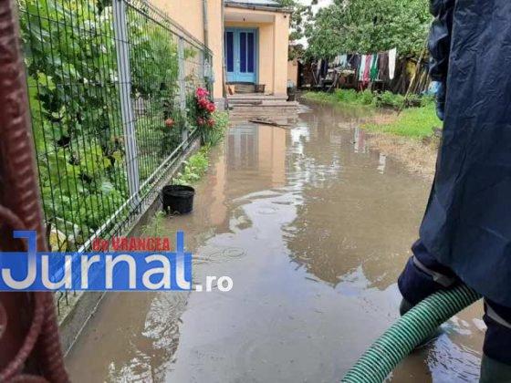 inundatii svsu odobesti13 560x420 - GALERIE FOTO: Intervenții ale voluntarilor pentru evacuarea apei în trei localități