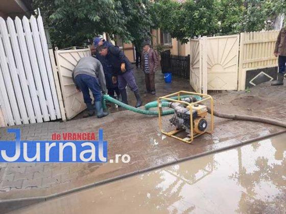 inundatii svsu odobesti3 560x420 - GALERIE FOTO: Intervenții ale voluntarilor pentru evacuarea apei în trei localități