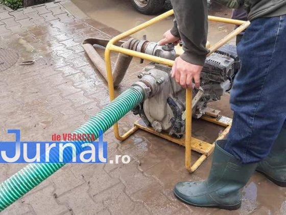 inundatii svsu odobesti8 560x420 - GALERIE FOTO: Intervenții ale voluntarilor pentru evacuarea apei în trei localități
