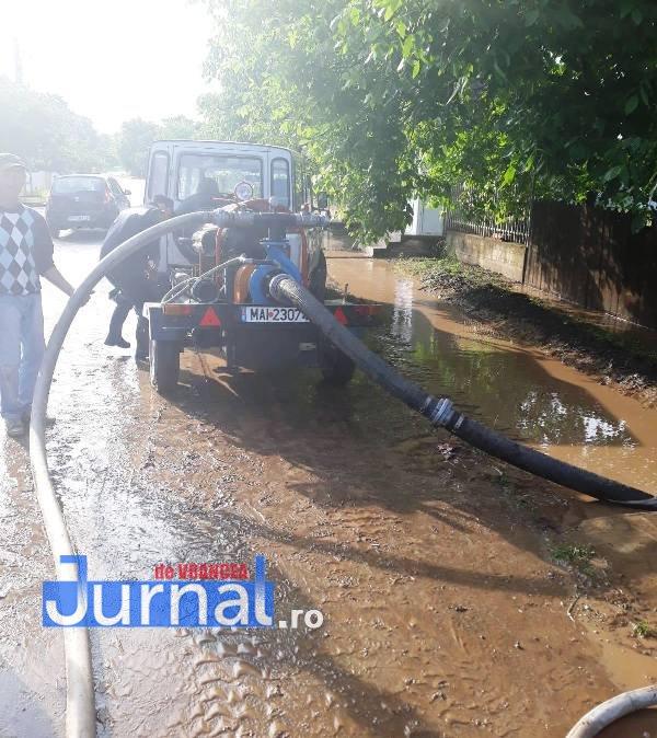 inundatii tifesti1 - FOTO-ULTIMĂ ORĂ: Pompierii intervin cu o motopompă la Țifești