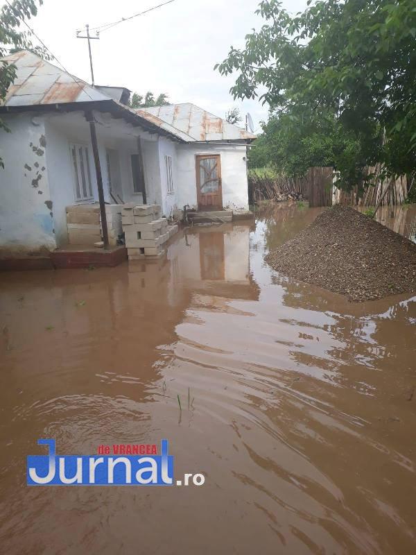inundatii tifesti2 - FOTO-ULTIMĂ ORĂ: Pompierii intervin cu o motopompă la Țifești