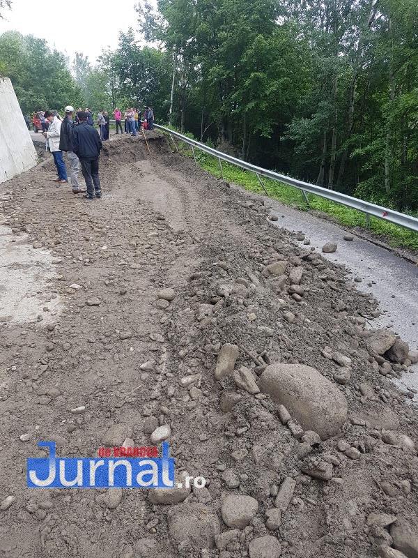inundatii vrancea nereju2 - FOTO: Drum județean rupt de ape. Trafic închis spre Nereju