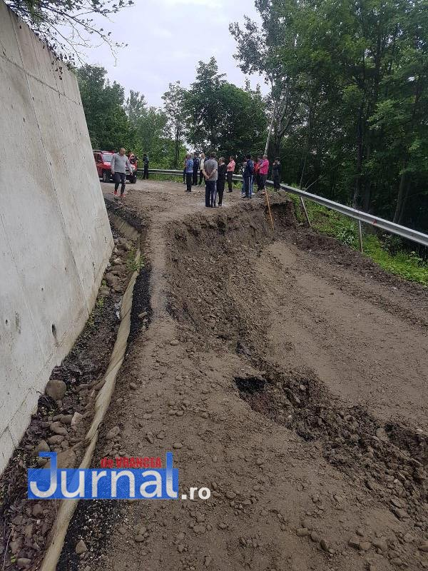 inundatii vrancea nereju4 - FOTO: Drum județean rupt de ape. Trafic închis spre Nereju
