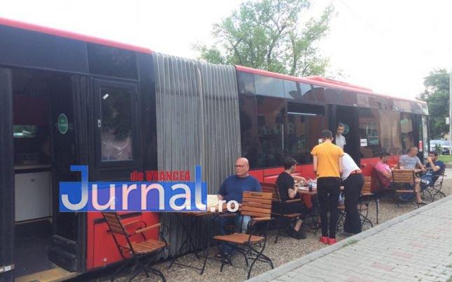 pizzerie autobuz cu burduf2 - Inedit în Focșani: pizzerie într-un autobuz cu burduf (FOTO)