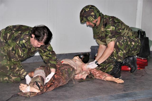 """salvatorii de vieti cincu militari brigada 8 larom2 - FOTO: """"Salvatorii de vieţi"""" din Cincu"""