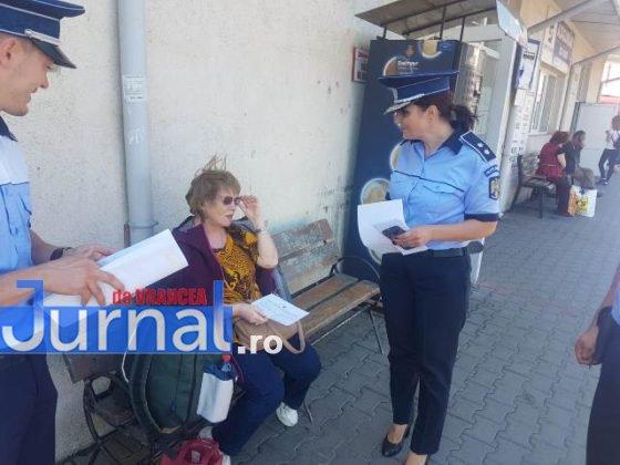 Campanie prevenire inselaciuni2 560x420 - FOTO: Acţiune a poliţiei pentru prevenirea înşelăciunilor. Mare atenţie cu cine vorbiţi la telefon!