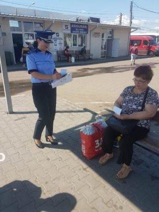 Campanie prevenire inselaciuni4 315x420 - FOTO: Acţiune a poliţiei pentru prevenirea înşelăciunilor. Mare atenţie cu cine vorbiţi la telefon!