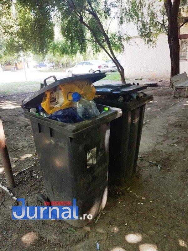gunoi focsani1 - Ion Ștefan: Legea colectării selective a intrat în vigoare de la 1 iulie. Ce fac Primăria Focșani și CUP Salubritate? Nu ridică gunoiul cu zilele! (FOTO)