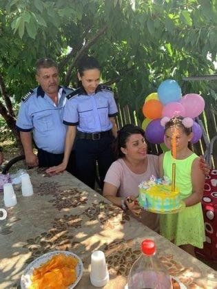 """politisti ipj vrancea aniversare copii adoptati10 315x420 - FOTO: Trei copii, """"adoptaţi"""" de poliţişti. Oamenii legii, alături de fraţii orfani de mamă, care a murit într-un accident rutier"""