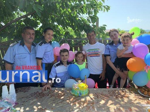 """politisti ipj vrancea aniversare copii adoptati12 - FOTO: Trei copii, """"adoptaţi"""" de poliţişti. Oamenii legii, alături de fraţii orfani de mamă, care a murit într-un accident rutier"""