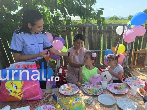 """politisti ipj vrancea aniversare copii adoptati14 - FOTO: Trei copii, """"adoptaţi"""" de poliţişti. Oamenii legii, alături de fraţii orfani de mamă, care a murit într-un accident rutier"""