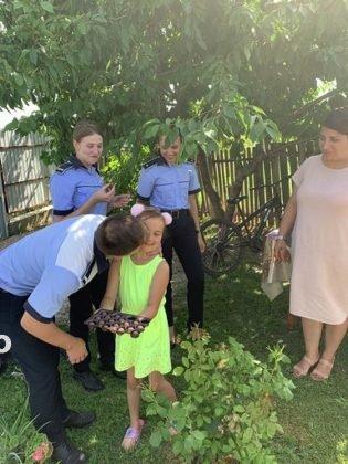 """politisti ipj vrancea aniversare copii adoptati15 315x420 - FOTO: Trei copii, """"adoptaţi"""" de poliţişti. Oamenii legii, alături de fraţii orfani de mamă, care a murit într-un accident rutier"""