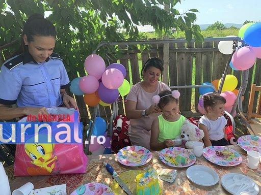 """politisti ipj vrancea aniversare copii adoptati16 - FOTO: Trei copii, """"adoptaţi"""" de poliţişti. Oamenii legii, alături de fraţii orfani de mamă, care a murit într-un accident rutier"""
