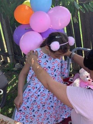"""politisti ipj vrancea aniversare copii adoptati4 315x420 - FOTO: Trei copii, """"adoptaţi"""" de poliţişti. Oamenii legii, alături de fraţii orfani de mamă, care a murit într-un accident rutier"""