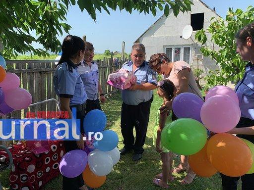 """politisti ipj vrancea aniversare copii adoptati6 - FOTO: Trei copii, """"adoptaţi"""" de poliţişti. Oamenii legii, alături de fraţii orfani de mamă, care a murit într-un accident rutier"""