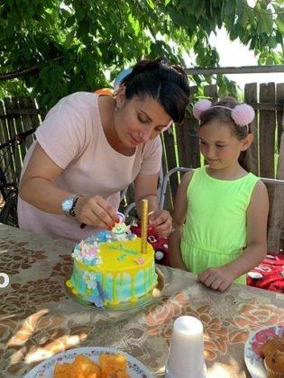 """politisti ipj vrancea aniversare copii adoptati7 315x420 - FOTO: Trei copii, """"adoptaţi"""" de poliţişti. Oamenii legii, alături de fraţii orfani de mamă, care a murit într-un accident rutier"""