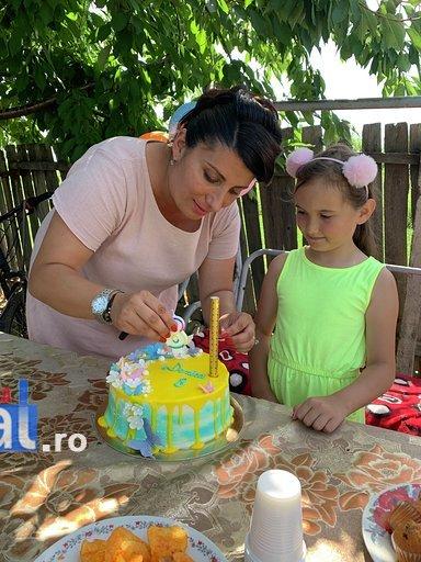 """politisti ipj vrancea aniversare copii adoptati7 - FOTO: Trei copii, """"adoptaţi"""" de poliţişti. Oamenii legii, alături de fraţii orfani de mamă, care a murit într-un accident rutier"""