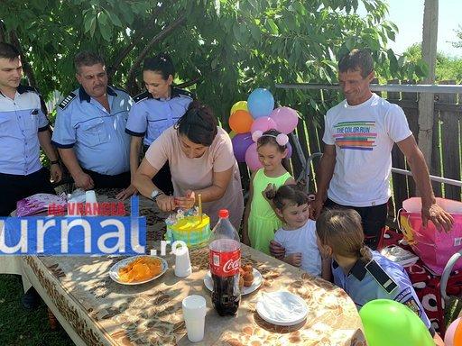 """politisti ipj vrancea aniversare copii adoptati8 - FOTO: Trei copii, """"adoptaţi"""" de poliţişti. Oamenii legii, alături de fraţii orfani de mamă, care a murit într-un accident rutier"""