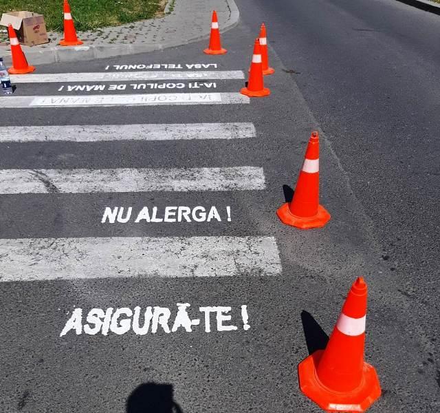 treceri de pietoni inscriptionate focsani 1 - FOTO: Zebrele din Focșani, inscripționate cu mesaje preventive de impact
