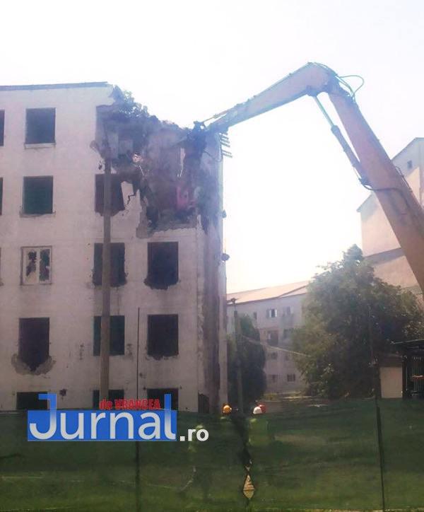 "Demolare bloc g2 bahne2 - FOTO: A început demolarea blocului G2. ""NATO"" devine istorie"
