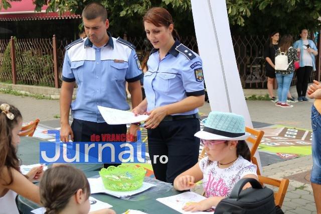 activitati de prevenire si informare a copiilor politisti ipj vrancea2 - FOTO: Polițiștii s-au jucat cu copiii pentru ca cei mici să învețe regulile de circulație