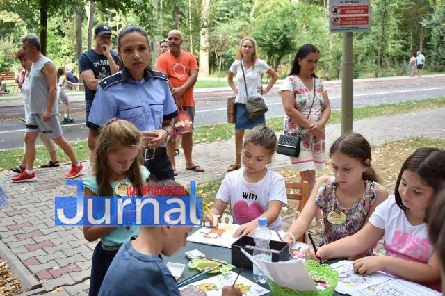 activitati de prevenire si informare a copiilor politisti ipj vrancea5 - FOTO: Polițiștii s-au jucat cu copiii pentru ca cei mici să învețe regulile de circulație