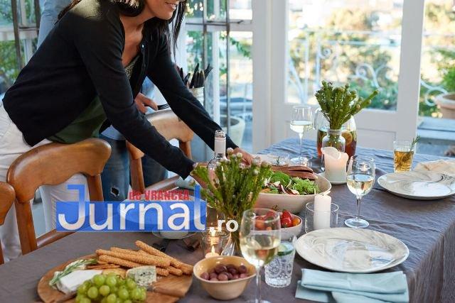 gazda primitoare masa - Totul despre cum să primești BINE musafirii la tine acasă