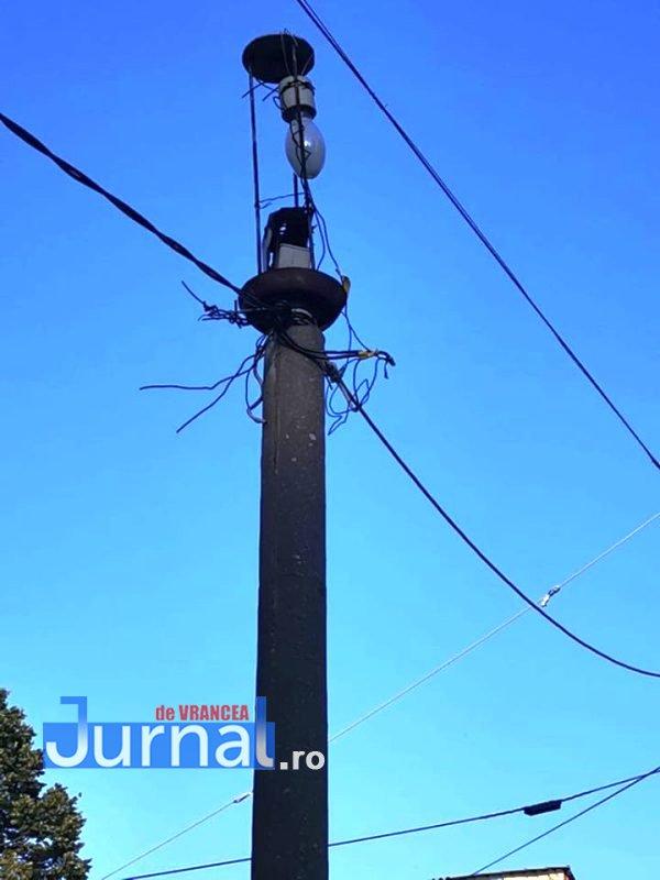 stalp iluminat cartier 2 - Plătim milioane de lei pentru iluminat public, iar în cartierele Focșaniului încă mai sunt lampadare de pe vremea comunismului