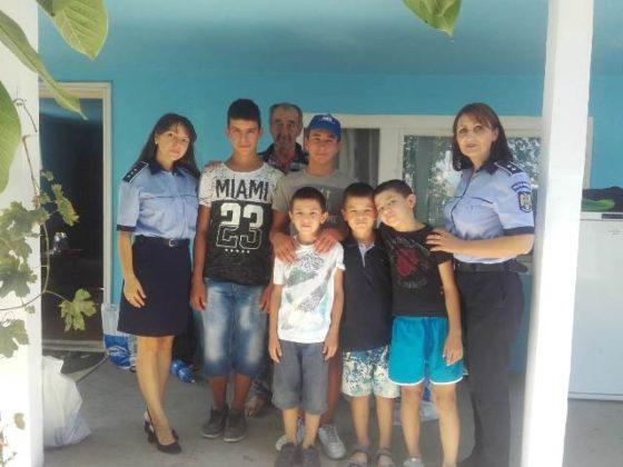 actiune politie haine rechizite copii nevoiasi2 560x420 - FOTO: Polițiștii au făcut câțiva copii fericiți! Le-au cumpărat ghiozdane, haine și tot ce le trebuie pentru școală