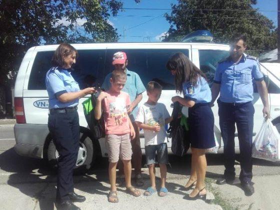 actiune politie haine rechizite copii nevoiasi4 560x420 - FOTO: Polițiștii au făcut câțiva copii fericiți! Le-au cumpărat ghiozdane, haine și tot ce le trebuie pentru școală