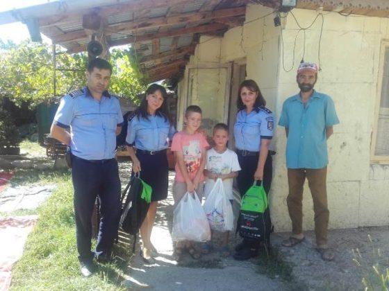 actiune politie haine rechizite copii nevoiasi5 560x420 - FOTO: Polițiștii au făcut câțiva copii fericiți! Le-au cumpărat ghiozdane, haine și tot ce le trebuie pentru școală