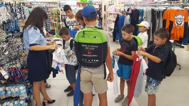 actiune politie haine rechizite copii nevoiasi9 - FOTO: Polițiștii au făcut câțiva copii fericiți! Le-au cumpărat ghiozdane, haine și tot ce le trebuie pentru școală