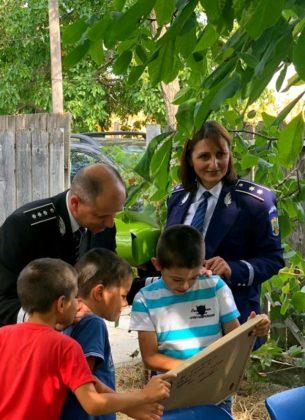 aniversare ipj vrancea 10 ani pentru siguranta1 305x420 - FOTO: Aniversare de 10, cadou de la polițiști pentru un băiat din Ciușlea