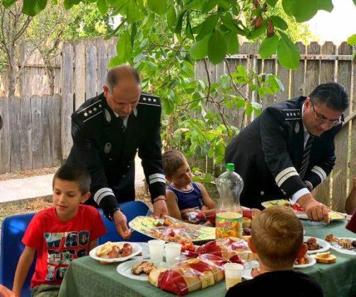 aniversare ipj vrancea 10 ani pentru siguranta2 503x420 - FOTO: Aniversare de 10, cadou de la polițiști pentru un băiat din Ciușlea