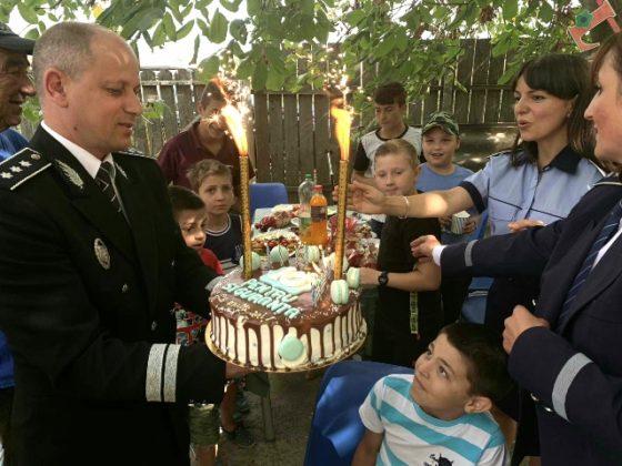 aniversare ipj vrancea 10 ani pentru siguranta4 560x420 - FOTO: Aniversare de 10, cadou de la polițiști pentru un băiat din Ciușlea