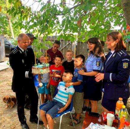 aniversare ipj vrancea 10 ani pentru siguranta5 425x420 - FOTO: Aniversare de 10, cadou de la polițiști pentru un băiat din Ciușlea