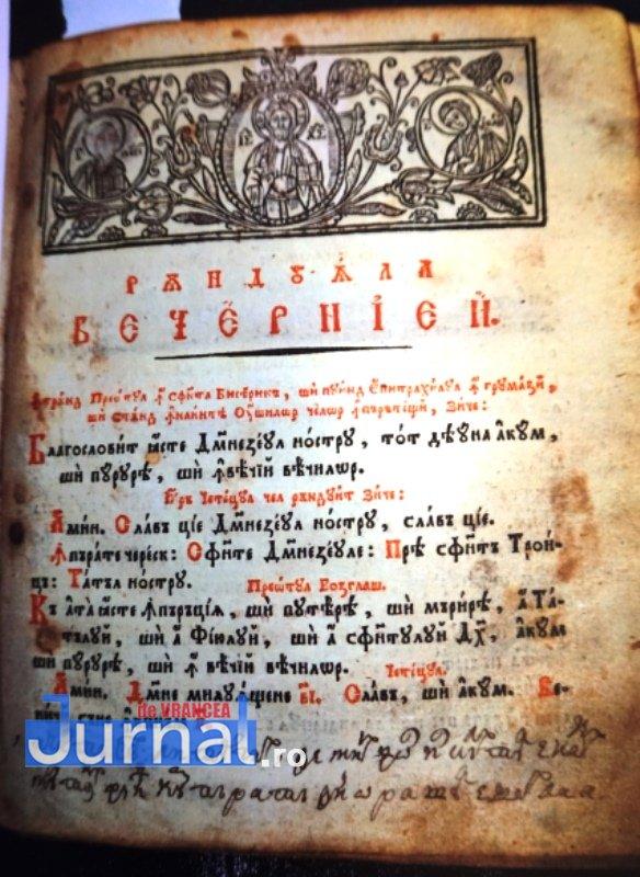 carte de 200 de ani biblioteca duiuliu zanfirescu4 - FOTO: O carte de aproape 200 de ani de la biblioteca din Vrancea, clasată în patrimoniul național