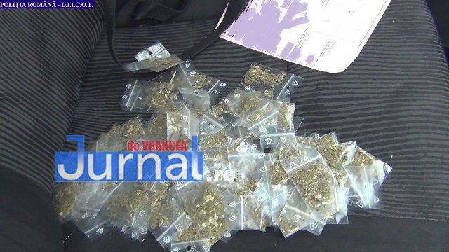 droguri flagrant1 - FOTO-VIDEO: Flagrant cu droguri! Trei bărbați au fost arestați preventiv pentru trafic de droguri