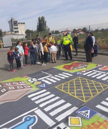 educatie rutiera politisti1 350x420 - FOTO: Lecții de educație rutieră oferite de polițiști copiilor