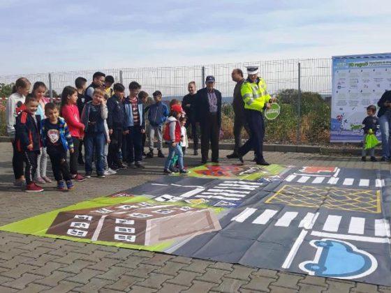 educatie rutiera politisti3 560x420 - FOTO: Lecții de educație rutieră oferite de polițiști copiilor