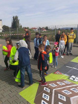 educatie rutiera politisti4 315x420 - FOTO: Lecții de educație rutieră oferite de polițiști copiilor