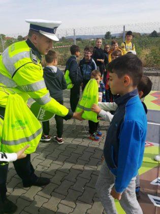 educatie rutiera politisti5 315x420 - FOTO: Lecții de educație rutieră oferite de polițiști copiilor