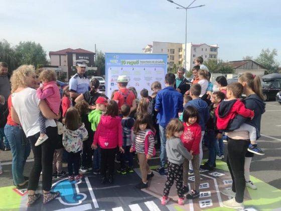 educatie rutiera politisti8 560x420 - FOTO: Lecții de educație rutieră oferite de polițiști copiilor