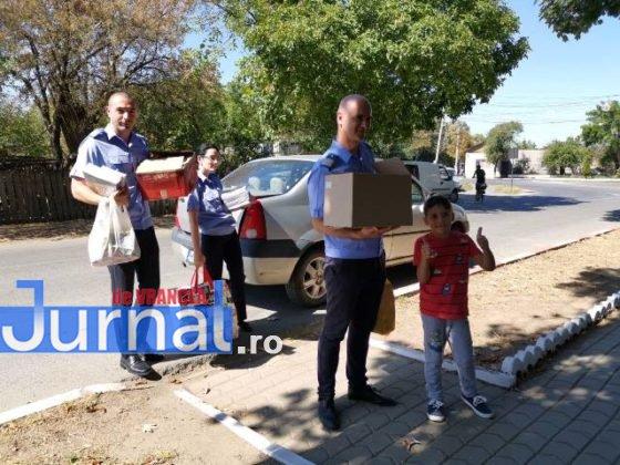 """jandarmii vranceni doneaza carti scoala marasesti2 560x420 - FOTO: Jandarmii vrânceni au donat cărți pentru Școala Gimnazială ,,Ecaterina Teodoroiu"""" Mărășești"""