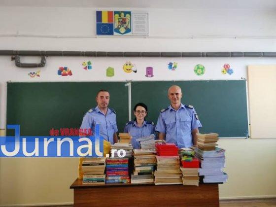 """jandarmii vranceni doneaza carti scoala marasesti5 560x420 - FOTO: Jandarmii vrânceni au donat cărți pentru Școala Gimnazială ,,Ecaterina Teodoroiu"""" Mărășești"""