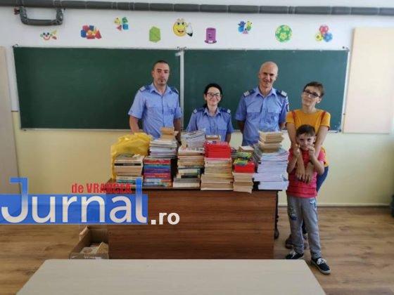 """jandarmii vranceni doneaza carti scoala marasesti6 560x420 - FOTO: Jandarmii vrânceni au donat cărți pentru Școala Gimnazială ,,Ecaterina Teodoroiu"""" Mărășești"""