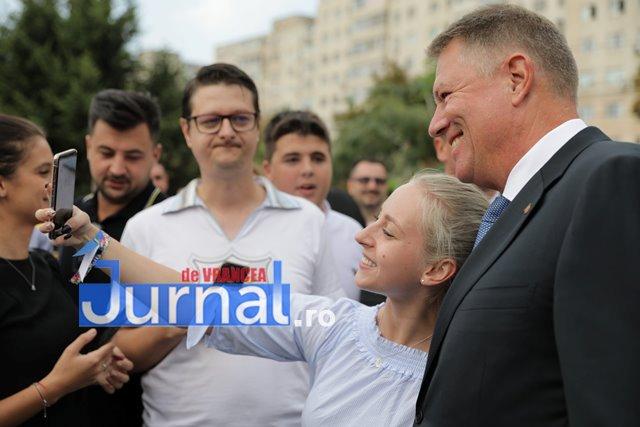 kalus iohannis campanie prezidentiale1 - FOTO-VIDEO: Klaus Iohannis a început în forță bătălia pentru un nou mandat. A fost întâmpinat cu entuziasm de oameni care s-au înghesuit să dea mâna cu el