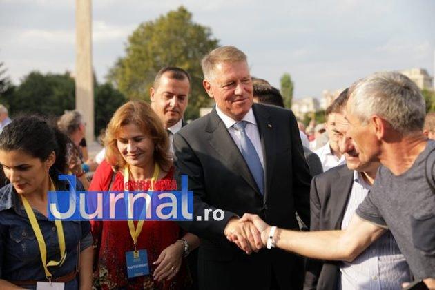kalus iohannis campanie prezidentiale11 630x420 - FOTO-VIDEO: Klaus Iohannis a început în forță bătălia pentru un nou mandat. A fost întâmpinat cu entuziasm de oameni care s-au înghesuit să dea mâna cu el