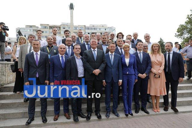 kalus iohannis campanie prezidentiale4 - FOTO-VIDEO: Klaus Iohannis a început în forță bătălia pentru un nou mandat. A fost întâmpinat cu entuziasm de oameni care s-au înghesuit să dea mâna cu el